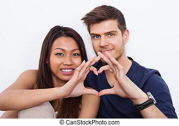 pareja, elaboración, forma corazón, con, manos