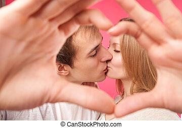 pareja, elaboración, forma, de, corazón, por, su, manos