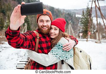 pareja, elaboración, selfie, foto, aire libre