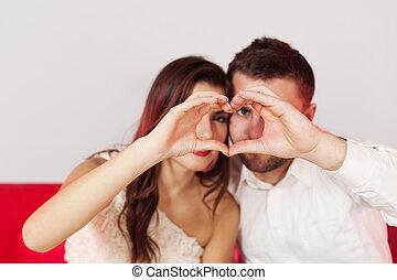 pareja, elaboración, un, forma corazón, con, su, manos