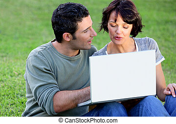pareja, elaboración, uso, de, libre, wifi, en el parque