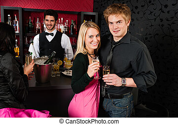 pareja, en, barra de cóctel, bebida, champaña