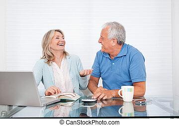 pareja, en, cenar mesa, trabajo encendido, computador portatil