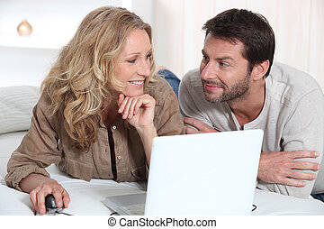 pareja, en, computador portatil, el mirar en, cada, otro, ojos