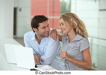 pareja, en, computadoras portátiles, el mirar en, cada, otro, ojos