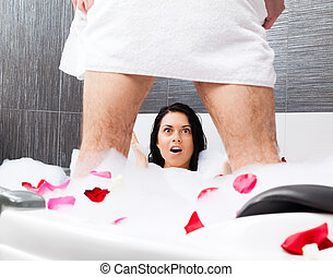 pareja, en, cuarto de baño