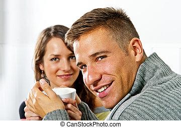 pareja, en, fecha, en, restaurante, hombre y mujer