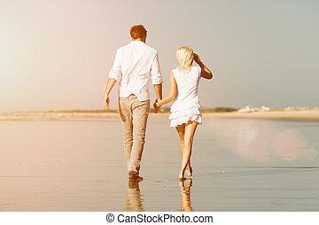 pareja, en la playa, en, vacaciones del verano