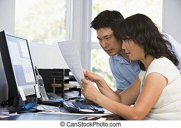 pareja, en, ministerio del interior, con, computadora, y, papeleo, señalar