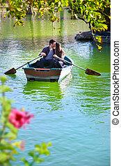 pareja, en, romántico, barco, ride.