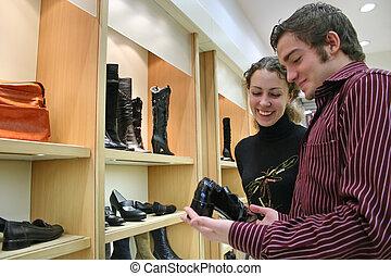 pareja, en, shoes, tienda