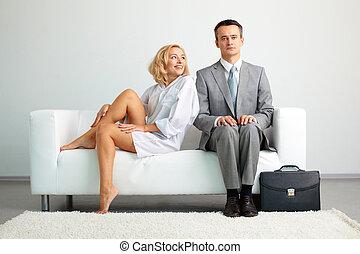 pareja, en, sofá