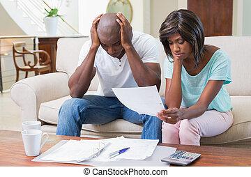 pareja, enfatizado, sofá, calculador, cuentas
