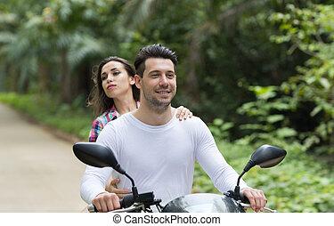 pareja, equitación, motocicleta, joven, mujer felíz, sonriente, turista, viaje, bicicleta, bosque tropical, vacaciones exóticas