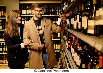 pareja, escoger, alcohol, en, un, licorería