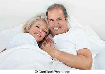 pareja, feliz, 3º edad, cama, sueño
