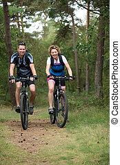 pareja, feliz, ciclismo, naturaleza
