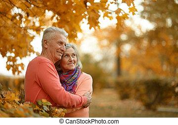pareja, feliz, más viejo
