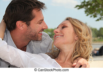 pareja, feliz, playa, se abrazar