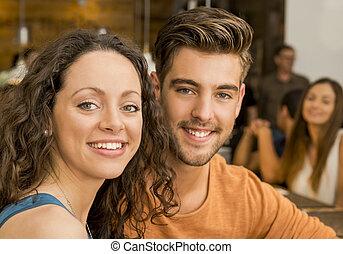 pareja, feliz, restaurante