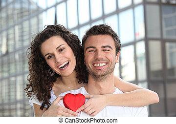 pareja, feliz, se abrazar