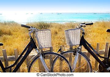 pareja, formentera, playa, bicycles, estacionado