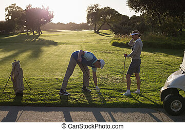 pareja, golfing, el juntar con te apagado, día