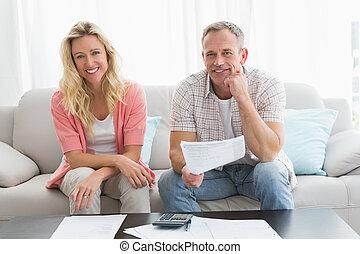 pareja, hacer, su, cuentas, sentado, en, un, sofá