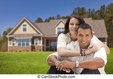pareja hispana, joven, su, nuevo, frente, hogar, feliz