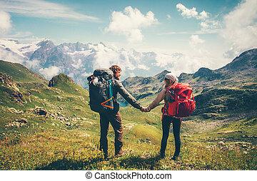 pareja, hombre y mujer, con, mochila