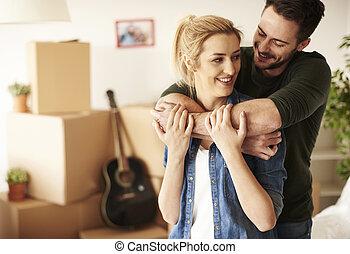 pareja hugging, casa, nuevo