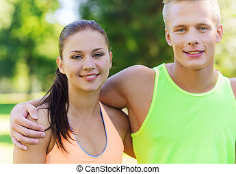 pareja hugging, deportistas, aire libre, amigos, o, feliz