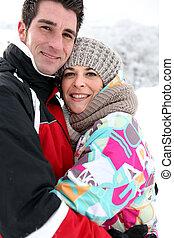 pareja hugging, en, el, nieve