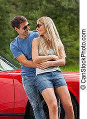 pareja hugging, propensión, cabriolet, sonriente, contra