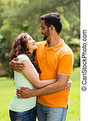 pareja, indio, joven, se abrazar