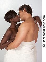 pareja interracial, envuelto, en, blanco, toalla de baño
