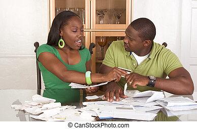 pareja, joven, étnico, tabla, cuentas, abrumado