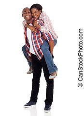 pareja, joven, a cuestas, norteamericano, africano, diversión, teniendo
