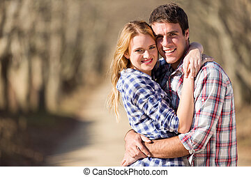 pareja joven, abrazar, aire libre, en, otoño