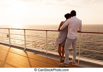 pareja joven, abrazar, en, ocaso, en, vaya barco