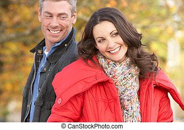 pareja joven, ambulante, por, otoño, parque