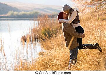 pareja joven, besar, en, otoño