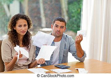 pareja joven, calculador, su, cúpula
