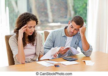 pareja joven, calculador, su, doméstico, cuentas