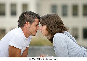 pareja joven, cara a cara