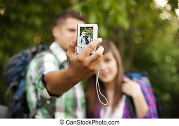 pareja joven, cautivadora foto, de, ellos mismos
