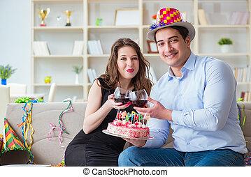 pareja joven, celebrar, cumpleaños, con, pastel