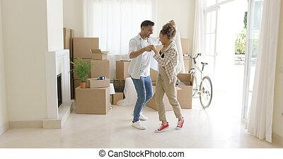 pareja, joven, celebrar, mover casa, feliz