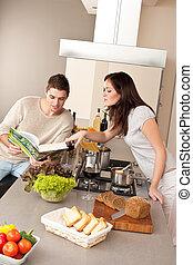 pareja joven, cocina, en, cocina, juntos