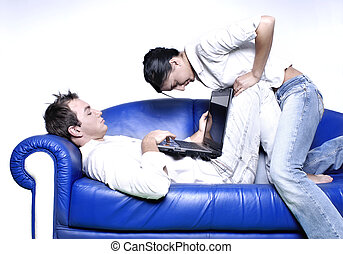 pareja joven, con, computador portatil